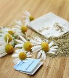 Bolso de té con la manzanilla Fotos de archivo