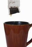 Bolso de té mojado sobre la taza de cerámica Foto de archivo