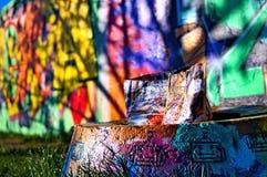Bolso dejado en la calle colorida imagen de archivo