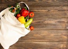 Bolso del algodón y verduras rústicas frescas en fondo de madera Concepto de Eco Copie el espacio Endecha plana Visi?n desde arri fotografía de archivo
