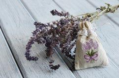 Bolso del aroma de la lavanda en fondo de madera Imagen de archivo libre de regalías