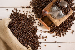 Bolso del café y de la amoladora de café en el tablero blanco Foto de archivo libre de regalías
