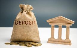 Bolso del dinero con el depósito de la palabra cerca del banco La cantidad de dinero transferida por una persona a un establecimi imagenes de archivo