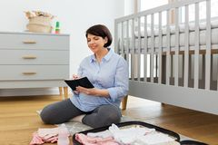 Bolso del embalaje de la mujer embarazada para el hospital de maternidad imagen de archivo