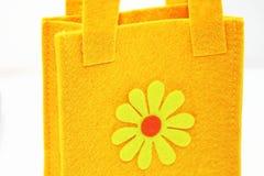 Bolso del fieltro del amarillo imagenes de archivo