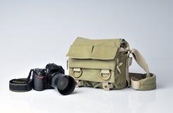 Bolso del fotógrafo y cámara de SLR Imagen de archivo