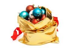 Bolso del oro con las bolas de la Navidad Fotos de archivo
