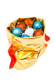 Bolso del oro con las bolas de la Navidad Foto de archivo