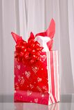 Bolso del regalo de la tarjeta del día de San Valentín imagen de archivo