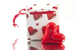 Bolso del regalo de las tarjetas del día de San Valentín con el corazón Imágenes de archivo libres de regalías