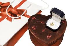 Bolso del regalo del día de tarjetas del día de San Valentín con el collar del oro Fotos de archivo