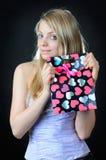 Bolso del regalo del ` s de la tarjeta del día de San Valentín en manos de la muchacha hermosa fotografía de archivo
