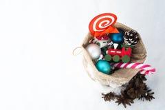 Bolso del regalo del ` s de Papá Noel por completo de juguetes y de regalos en la nieve Copie el espacio Fotografía de archivo