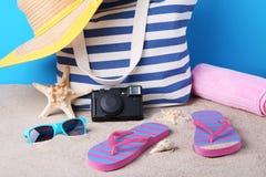 Bolso del verano con el sombrero, chancletas, cámara Fotos de archivo