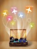 Bolso del viaje con la ropa y los aviones coloridos que vuelan hacia fuera Imagen de archivo libre de regalías