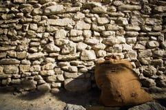 Bolso del yute de la pared de piedra Fotografía de archivo libre de regalías