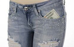Bolso dianteiro das calças de brim com dinheiro para dentro Fotografia de Stock