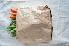 Bolso ecológico con las verduras en una tabla fotografía de archivo libre de regalías