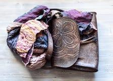 Bolso envuelto de la bufanda del remiendo en la tabla imagen de archivo