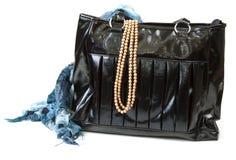 Bolso femenino con la bufanda y el collar Foto de archivo libre de regalías