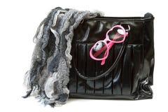 Bolso femenino con la bufanda y los vidrios rose-colored Foto de archivo