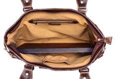 Bolso femenino de cuero en un fondo blanco Imágenes de archivo libres de regalías