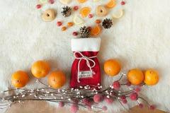 Bolso festivo de la Navidad con las galletas y otros dulces Fotografía de archivo
