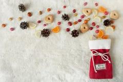 Bolso festivo de la Navidad con las galletas y otros dulces Fotos de archivo libres de regalías