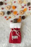 Bolso festivo de la Navidad con las galletas y otros dulces Foto de archivo