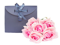Bolso gris del regalo con las rosas Fotografía de archivo
