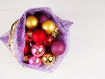Bolso lleno de las cajas de regalo Ornamentos de la bola de la Navidad Hora de hacer la caja de las sorpresas, de regalo de la Na Imagen de archivo