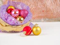 Bolso lleno de las cajas de regalo Ornamentos de la bola de la Navidad Hora de hacer la caja de las sorpresas, de regalo de la Na Fotografía de archivo