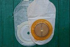 Bolso médico blanco de la operación del intestino grueso dos en una tabla verde foto de archivo