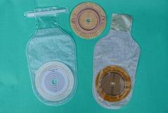 Bolso médico blanco de la operación del intestino grueso tres en una tabla verde fotografía de archivo libre de regalías