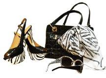 Bolso negro con las manijas atadas con la bufanda de la gasa en un backgr blanco imagenes de archivo