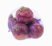 Bolso neto púrpura de las cebollas rojas Imagenes de archivo