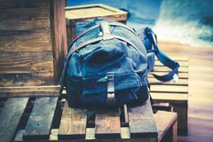 Bolso o mochila del viajero en la caja de madera Imágenes de archivo libres de regalías