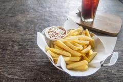 Bolso papases fritas con la salsa de tomate y la mayonesa Imagen de archivo libre de regalías
