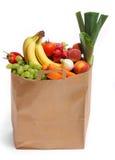 Bolso por completo de frutas y verdura sanas Fotografía de archivo