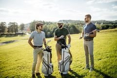 Bolso que camina y que lleva del jugador de golf en curso durante gam del verano Fotografía de archivo libre de regalías