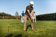 Bolso que camina y que lleva del jugador de golf en curso durante gam del verano Imagenes de archivo