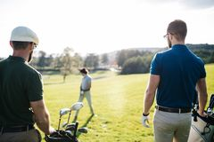 Bolso que camina y que lleva del jugador de golf en curso durante gam del verano Foto de archivo
