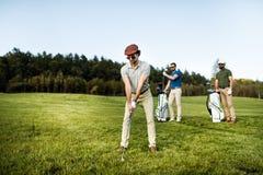 Bolso que camina y que lleva del jugador de golf en curso durante gam del verano Fotos de archivo libres de regalías