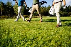Bolso que camina y que lleva del jugador de golf en curso durante gam del verano Imagen de archivo