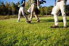 Bolso que camina y que lleva del jugador de golf en curso durante gam del verano Fotos de archivo