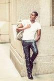 Bolso que lleva del hombre afroamericano joven feliz, travelin Imagenes de archivo