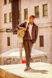 Bolso que lleva del hombre afroamericano joven, viajando en N Foto de archivo