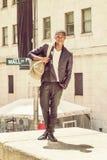Bolso que lleva del hombre afroamericano joven, viajando en N Imagen de archivo libre de regalías