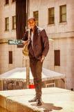 Bolso que lleva del hombre afroamericano joven, viajando en N Imagen de archivo