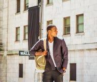 Bolso que lleva del hombre afroamericano joven, viajando en N Fotografía de archivo libre de regalías